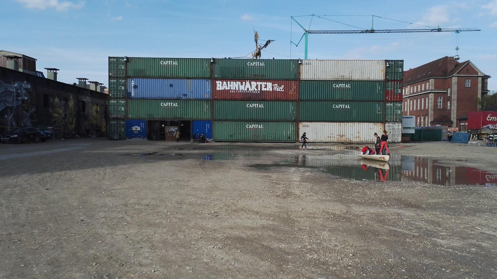 Die grosse Wand aus Containern der Veranstaltung von bAHNWEARTER-THIEL-MUENCHEN-KRANWAERTER-VIEHHOF-2017